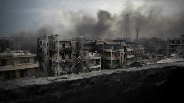 د سوریې پر حلب ښار له پوځي برید سره هممهاله درنې بمبارۍ شوې