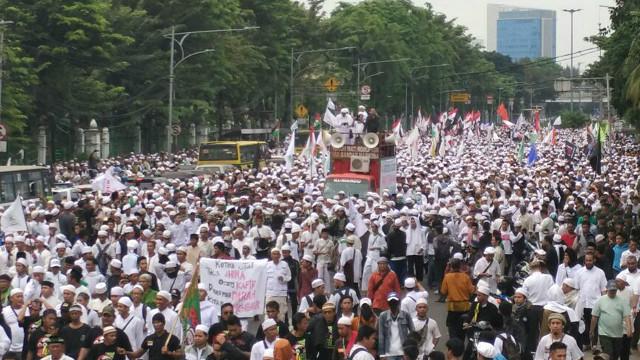 Beberapa Ribu Orang Berpakaian Serba Putih Melangsungkan Aksi Turun Ke