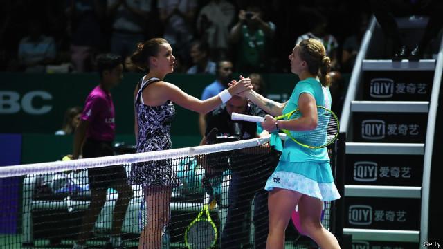 Российская теннисистка Кузнецова отрезала косу во время матча