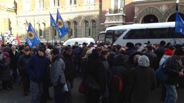 У Нацбанка собрались несколько сотен митингующих