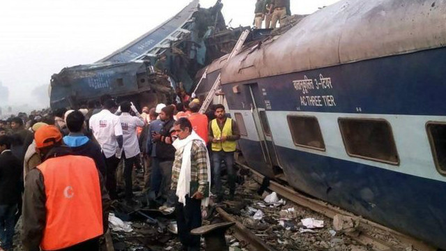 Десятки человек погибли из-за аварии поезда в Индии