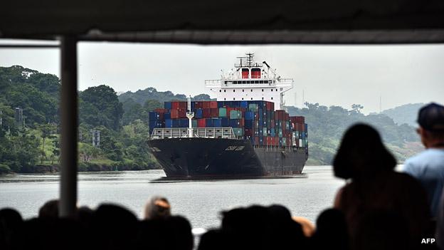 Barco en el canal de Panamá