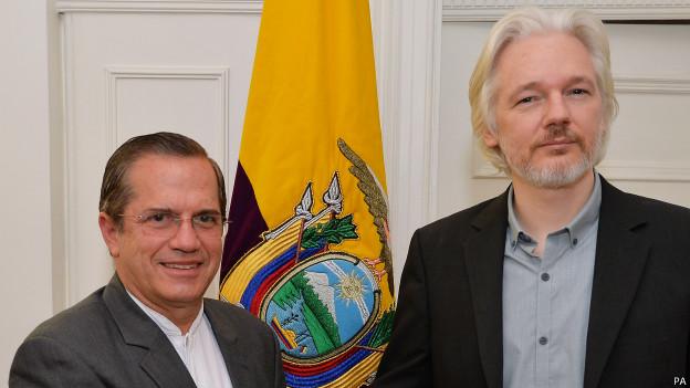 Assange en rueda de prensa en la embajada de Ecuador