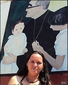 Irma frente a afiche de Romero