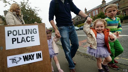 niños frente a centro de votación en Escocia