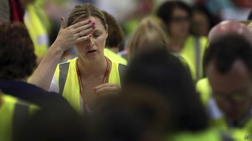 Mujer en centro de coteo de votos en Edimburgo