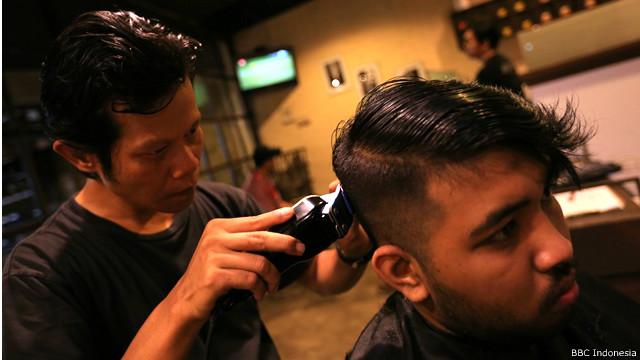 Bisnis pangkas rambut di ruang ber-AC hingga di bawah pohon rindang - BBC  News Indonesia bb97bbd703